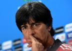 [高清组图]德国赛前新闻发布会 勒夫不忘挖鼻孔