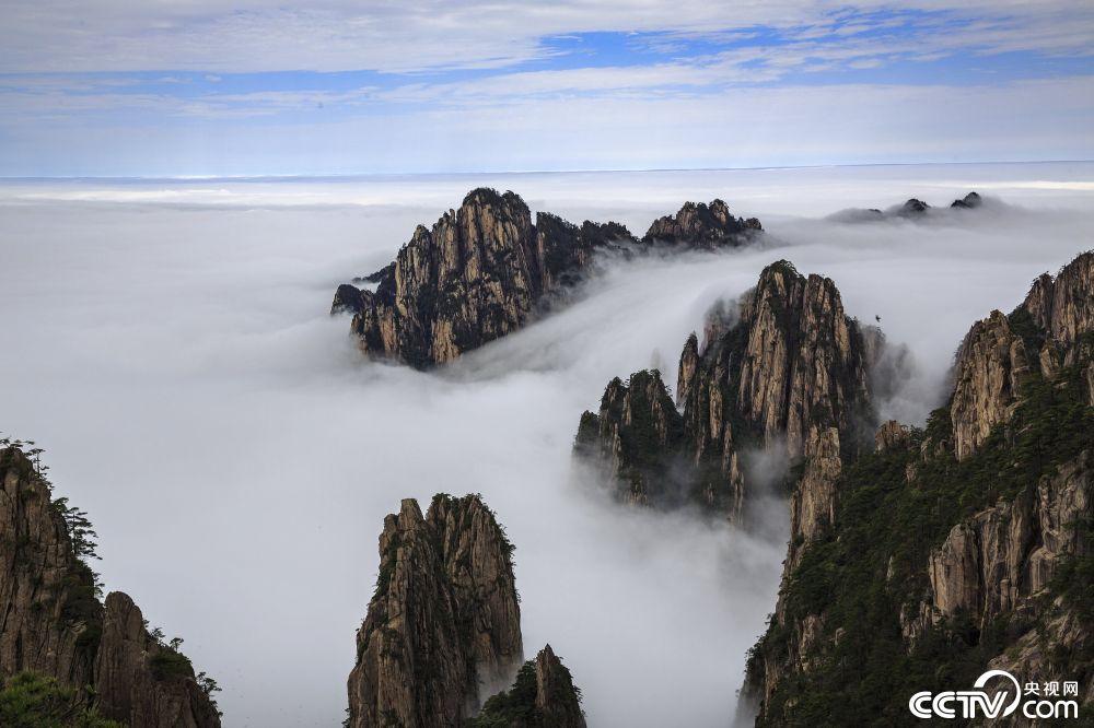 央视网消息:4月10日,安徽黄山风景区现壮丽的日出云海景观.