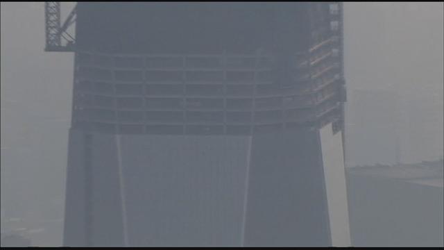 """正在建造中的美国世贸中心1号大楼(来源:网络) 央视网消息(网络新闻联播编译 高晨报道)据美国哥伦比亚广播公司8月8日报道,当地时间8日上午美国曼哈顿下城区正在建造中的世贸中心1号大楼突然冒出浓烟。目前浓烟已消失,纽约市消防局称,浓烟可能是由焊接引起。 当地时间8月8日上午7点30分,美国正在施工中的世贸中心1号楼第88层突然冒出大量浓烟。纽约市消防局同一时间接到报警,84名消防员于7点45分到达""""事故""""现场。不过8点30分时,浓烟已基本消失。 纽约市应急管理办公室援引纽约消防局"""