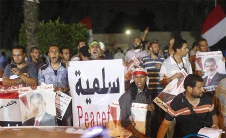 当地时间7月29日,埃及前总统穆尔西支持者在开罗东部一处清真寺附近集会,手持支持穆尔西的标语,高喊口号。