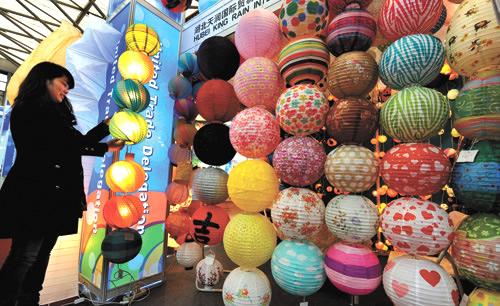 第22届中国华东进出口商品交易会3月1日在上海新国际博览中心开幕。本届华交会租用上海新国际博览中心10个展馆,场地面积由上届的10.35万平方米扩大至11.5平方米,标准展位5880个。本届华交会设立4个专业展区(服装、家用纺织品、装饰礼品、日用消费品展区),参展企业3500余家。图为华交会展商。