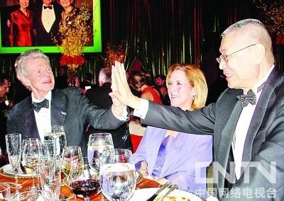 刘诗昆与范-克莱本54年后相逢  两位大师兴奋击掌时就像回到少年时代  晚宴中,范-克萊本正襟危坐的專心聆听刘诗昆为他献奏的《莫斯科郊外的晚上》  刘诗昆(前右)、范-克莱本(前中)、玛莎-海德夫人(前左)、孙颖(后左)、维阿杜 两位国际钢琴大师54年前在莫斯科举办的首届柴可夫斯基国际钢琴大赛上分获一二等奖轰动乐坛,一个回国后成为英雄般的人物,总统下令举国盛装迎接;一个回国后去劳动改造并入狱6年。