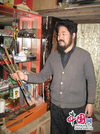 杨福喜手持可折叠的老弓