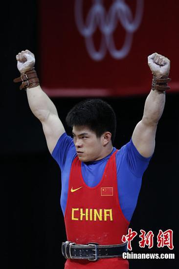 当地时间7月31日晚,在伦敦奥运会男子举重69公斤级决赛中,中国选手林清峰为中国再拿下一块金牌。记者 盛佳鹏 摄