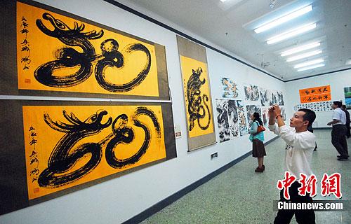 """博览会上的周卡""""龙""""文化创意作品。王燕君 摄"""