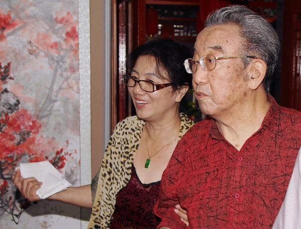中国社会科学院荣誉学部委员高莽在徐永清陪同下参观画展
