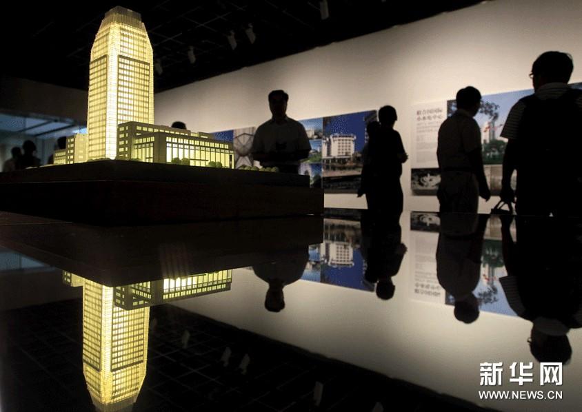 """9月4日,参观者在杭州""""程泰宁建筑作品展""""上参观。"""