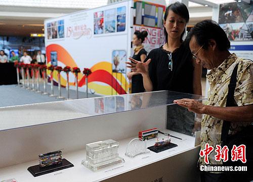 图为市民参观香港回归祖国十五年发展历史展。中新社发 韩苏原 摄