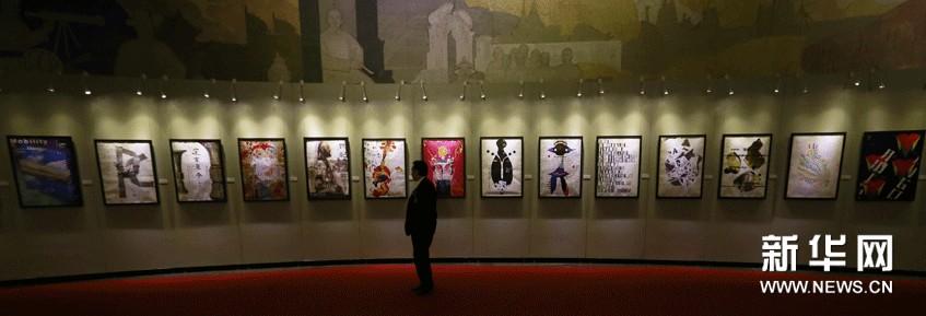 观众在展厅内欣赏杨子健等十余位澳门设计师创作的平面设计作品。