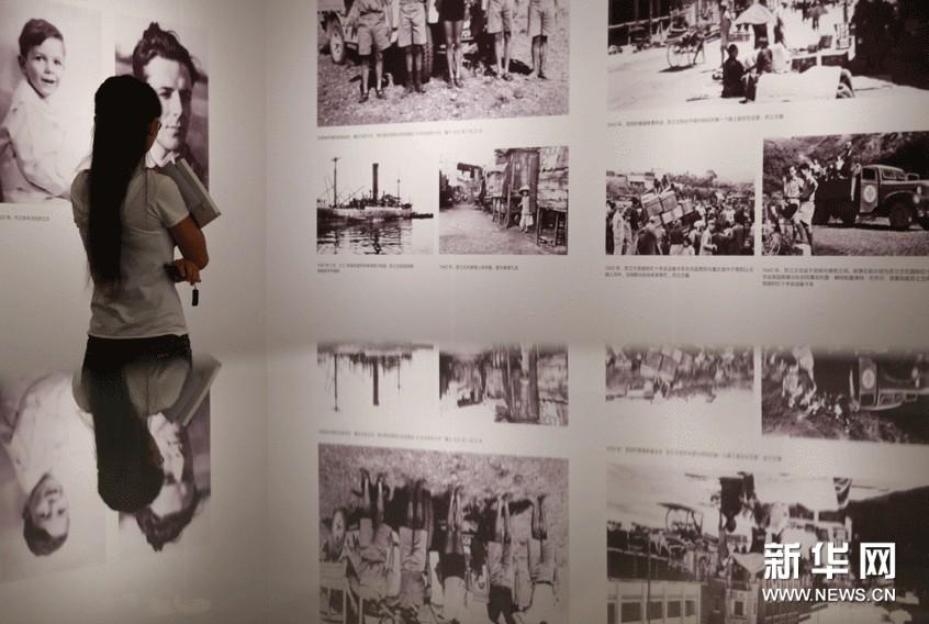 9月10日,观众在展厅内欣赏苏立文幼儿时期以及年轻时在中国行走的老照片。