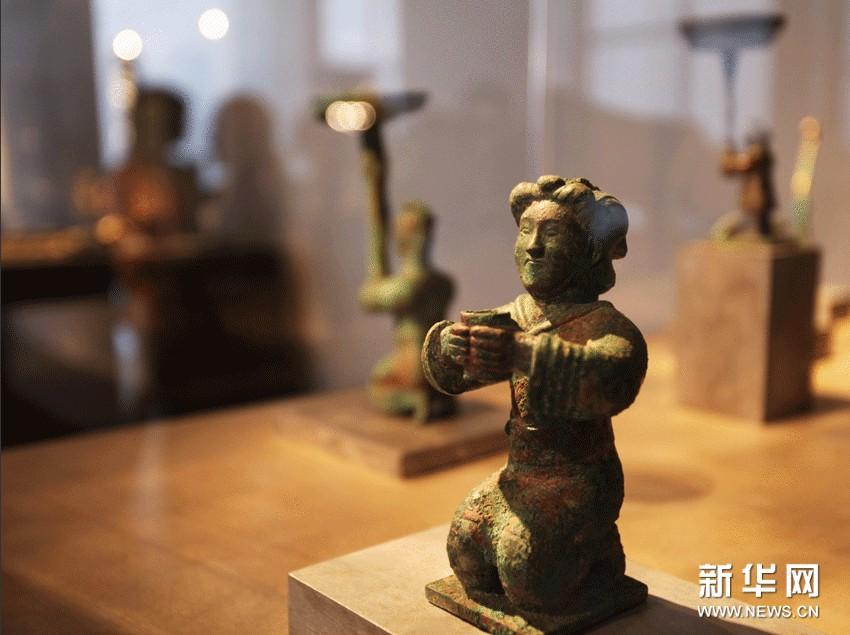 在法国巴黎第26届古董双年展上拍摄的展品