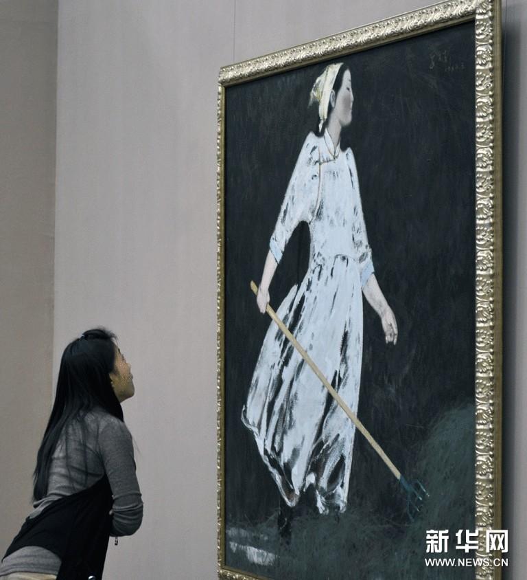 观众在欣赏中国美术馆馆藏作品《垛草的妇女》