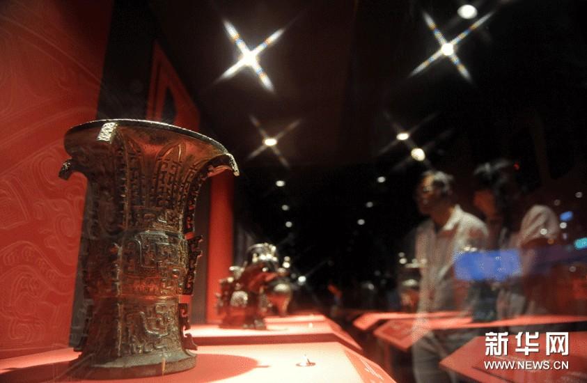 10月8日,游客在台北故宫参观西周文物。