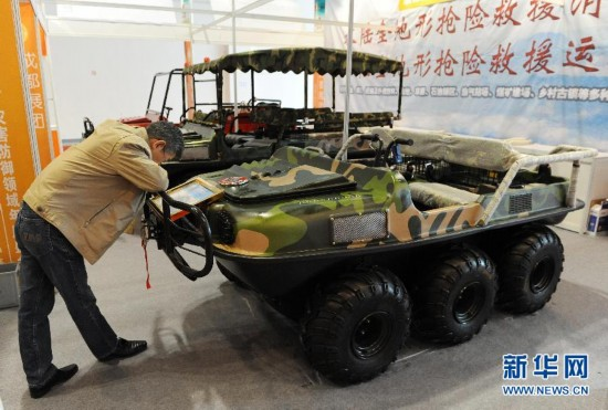 参观者在第四届上海国际减灾与安全博览会上观看一辆水陆两用抢险救援车。新华社签约摄影师 赖鑫琳摄