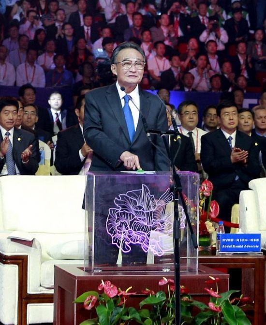 中共中央政治局常委、全国人大常委会委员长吴邦国出席开幕式并宣布第十三届中国西部国际博览会开幕。这是吴邦国按下启动装置。新华社记者 鞠鹏 摄