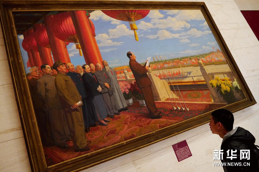 观众在中国国家博物馆内观赏著名画家董希文1953年创作的大型油画作品《开国大典》。