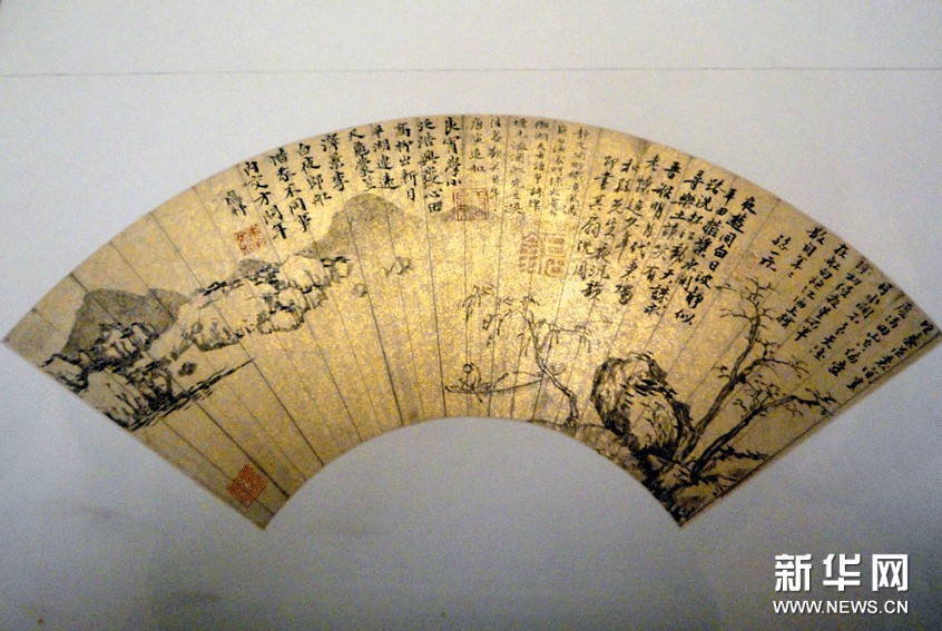 (2)这是11月6日在苏州博物馆拍摄的上海博物馆馆藏的沈周作品《夜游波静图》。