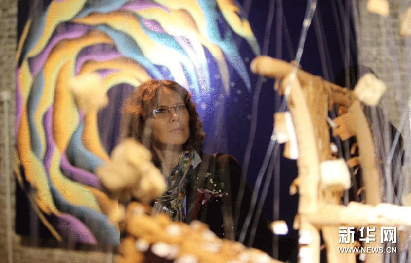 11月8日,一名外国参观者在第七届国际纤维艺术双年展上观看作品《愈》。