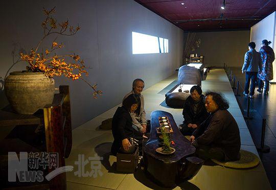 """11月13日,几名艺术家在""""无痕——当代琴人生活美学与生命态度""""展览现场品茶。"""