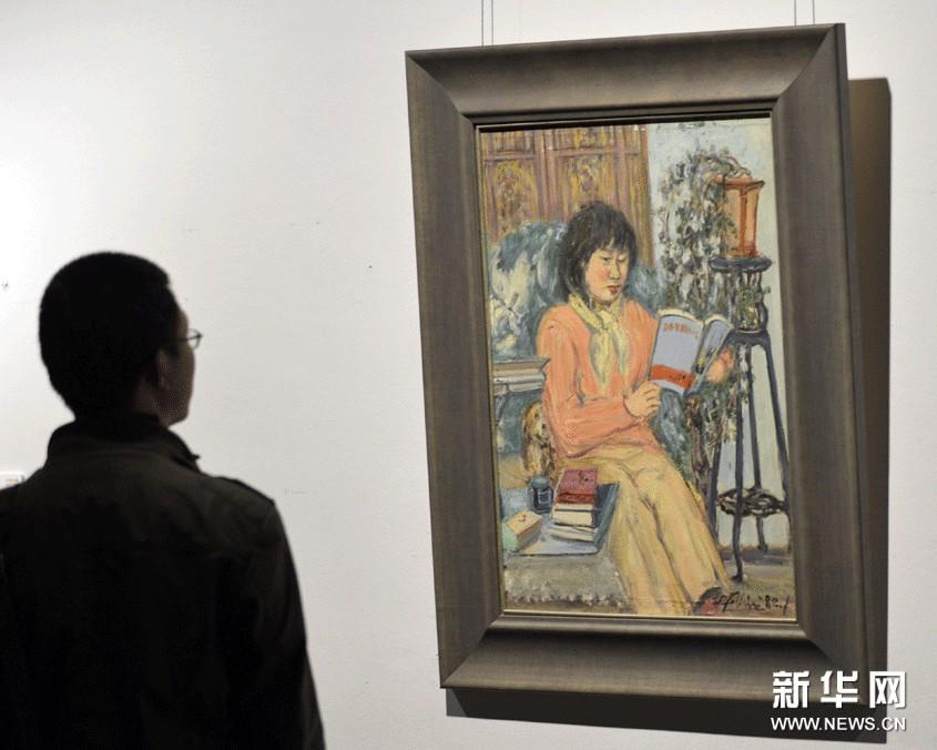 11月14日,参观者在浙江美术馆欣赏林达川的油画作品《民族姑娘》。