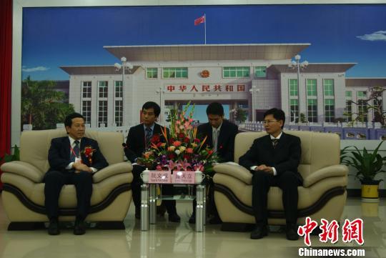 广西自治区副主席蓝天立(右)会见越南广宁省人民委员会副主席阮文成(左)。 翟李强 摄