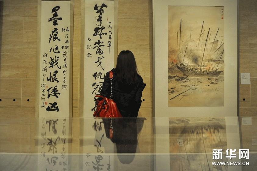 11月18日,一名观众在中国美术馆欣赏展出的关山月书画作品。