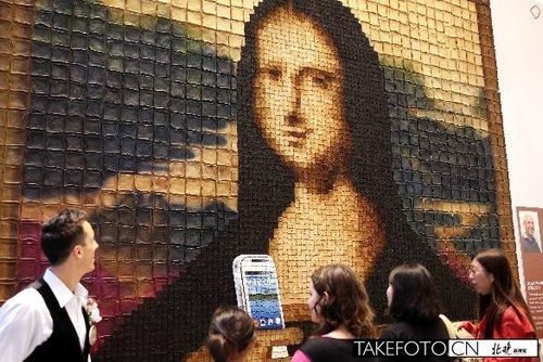 12月1日,顾客在香港K11欣赏新西兰艺术家莫里斯·班奈特用6000块吐司砌成的全球最大的吐司马赛克画《蒙娜丽莎的微笑》。