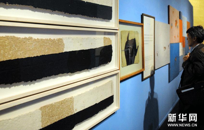 12月7日,观众在观看展览。