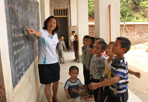 谢传花:自愿驻守教学点 做26个孩子的妈妈_网