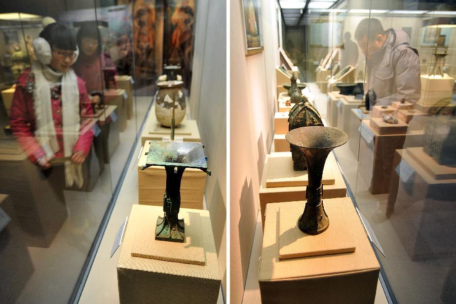"""12月25日,参观者在""""文明的足迹中国社会科学院考古研究所优秀成果展""""上参观(拼版照片)。"""