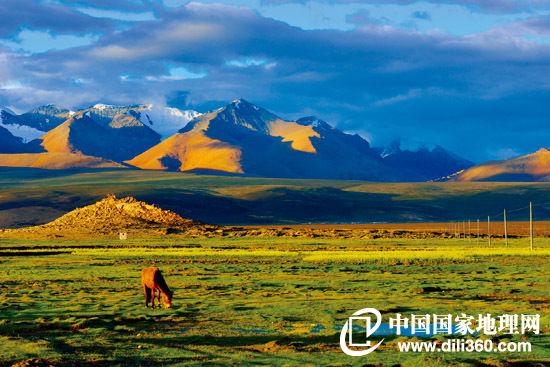 定结县琼孜乡琼孜村,海拔4820米的色林普峰为琼孜乡的重要地标。