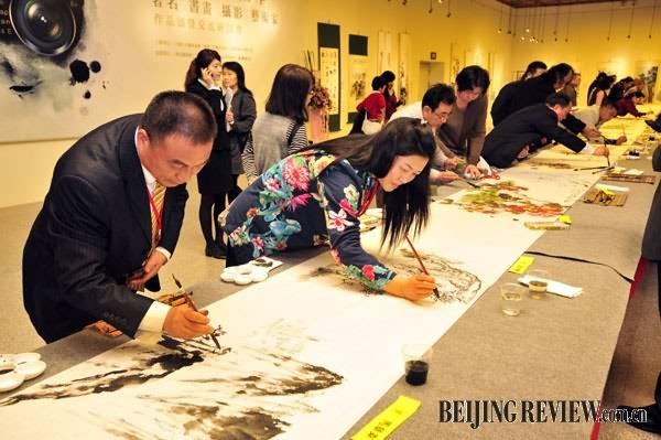 (1)1月6日,两岸艺术家一同创作《海峡两岸春意图》。