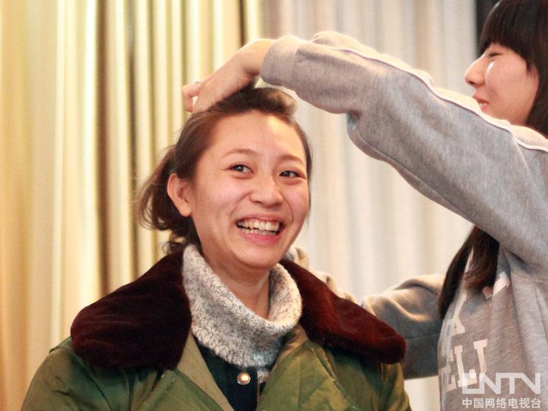 演员正在化妆