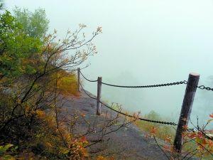 晨雾中的石表山。