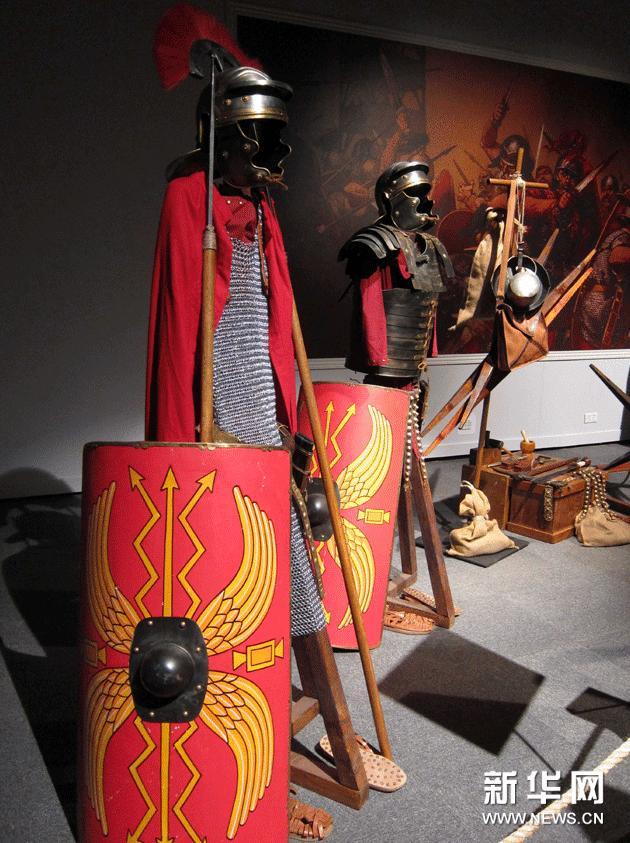 这是在香港科学馆展出的古罗马盔甲士兵模型(1月23日摄)。