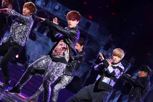 EXO-M组合劲歌热舞