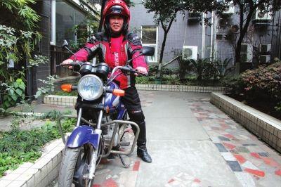 年近七旬,邓大爷还敢骑摩托车远行。
