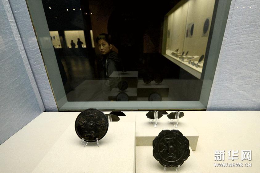 2月2日,一名儿童参观铜镜展。