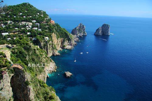 所有的房子都建在悬崖峭壁之上,所有的窗户都面朝大海