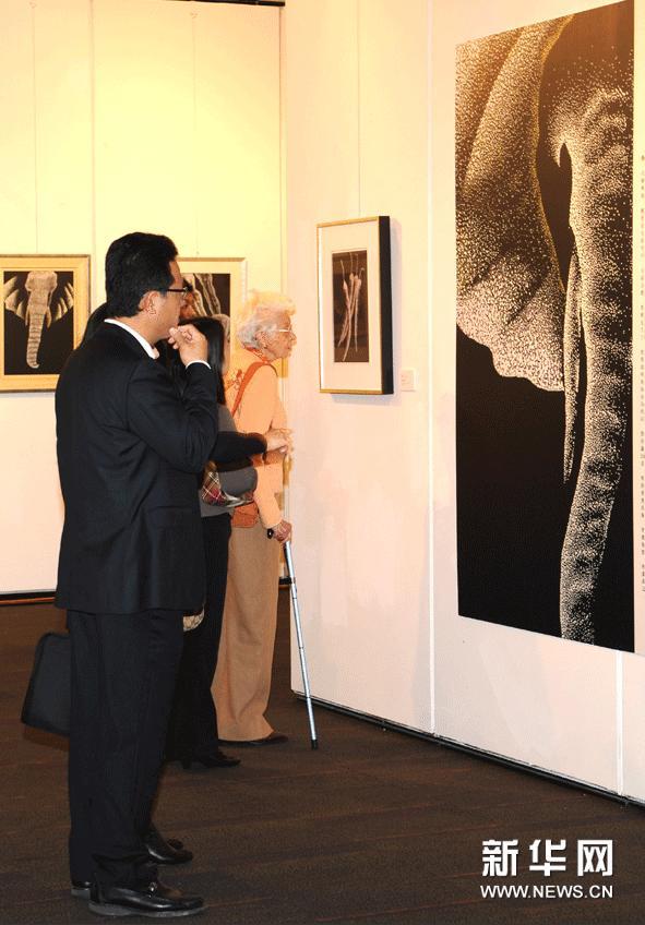 """2月18日,参观者在""""陈氏三代艺术展""""上欣赏作品。"""