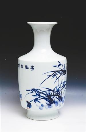 《中国陶瓷艺术名家展》自今年元旦在英国剑桥大学博物馆展出以来,各国参观者络绎不绝。本次展览展出的作品均为景德镇当代顶级国家级大师和教授的精品力作,风格多样。其中,方国兴创作的青花瓷画在展览中引人注目,受到普通观众和专家学者的赞扬,展览将于4月结束。