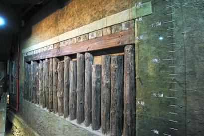 水闸的建筑结构由石板、木板、木梁、木桩组成。
