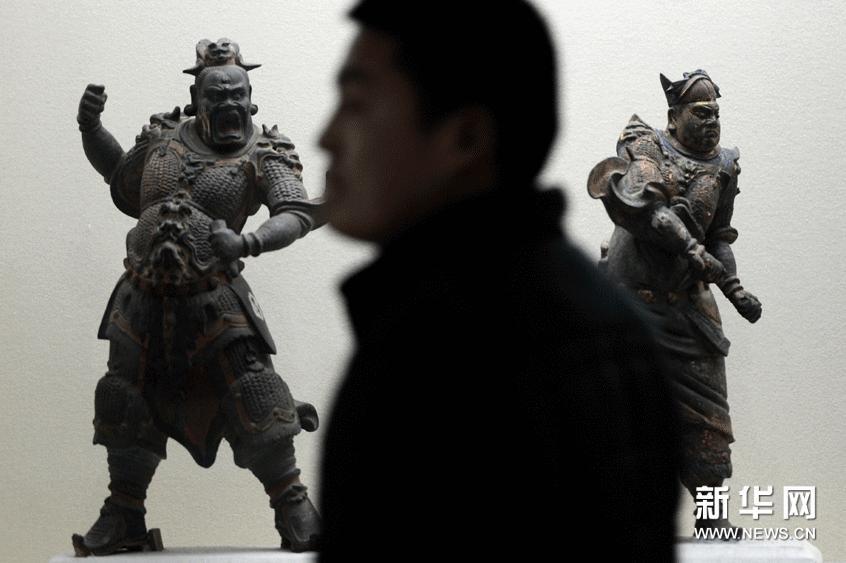 2月24日,一位参观者在欣赏展品。