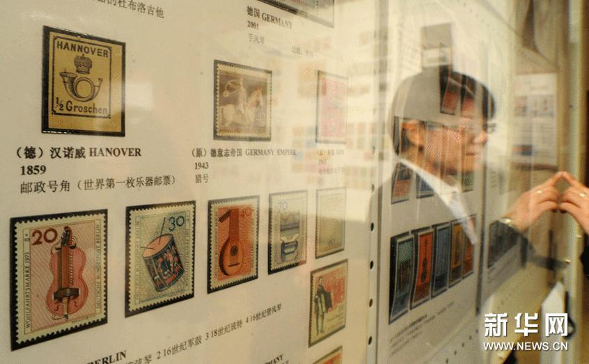 """3月5日,世界上第一枚乐器邮票——""""邮政号角""""(1859年由德国汉诺威出版,左上角)在北京国家大剧院展出。"""
