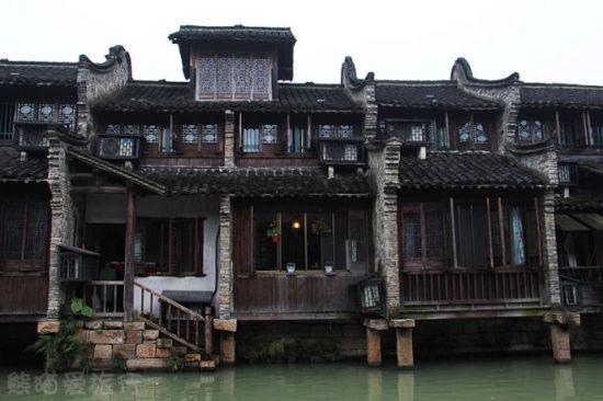 沿水而建的老木屋