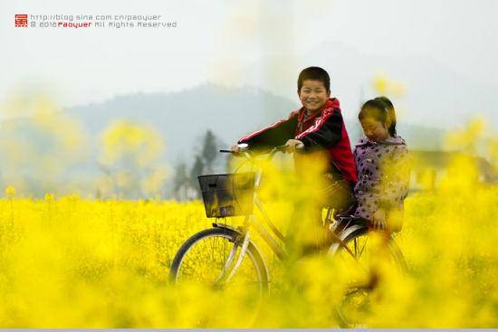 骑行其中,心情该如这孩子的笑脸灿烂