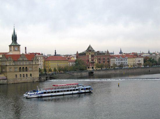 布拉格两岸的城市风光