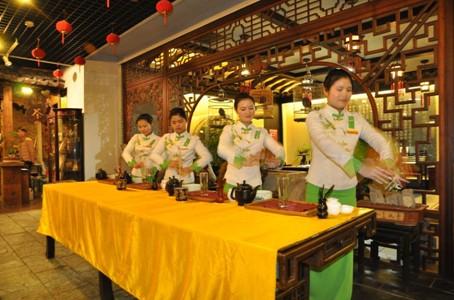采风团记者在大河茶馆观赏茶艺表演