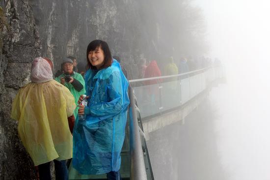 玻璃栈道深受游客欢迎