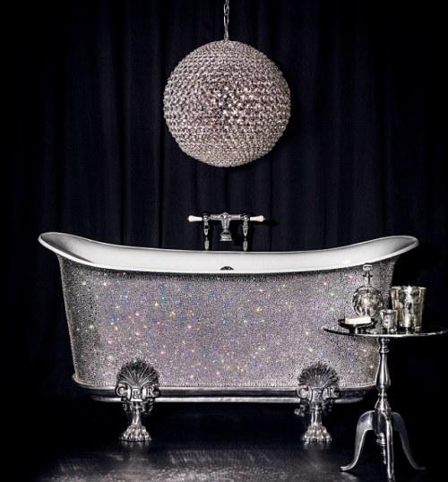 这款浴缸造价15万英镑,镶有数千水晶。